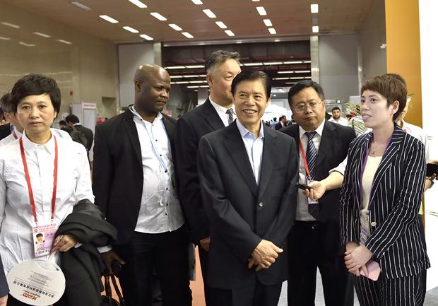 Директора Министерства торговли посетить наш стенд на выставке Кантонская Ярмарка.